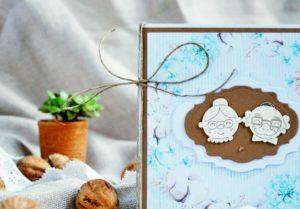 Niebieska kartka dla Babci i Dziadka z ozdobnym sznureczkiem.